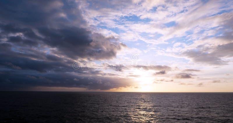 Por do sol bonito de um horizonte do Seascape do navio imagem de stock