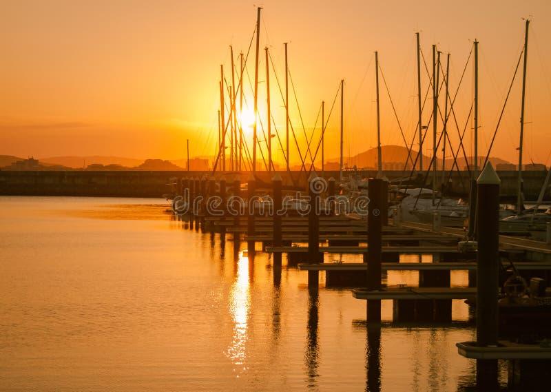 Por do sol bonito de uma aldeia piscatória Laredo, Cantábria, Espanha fotografia de stock royalty free