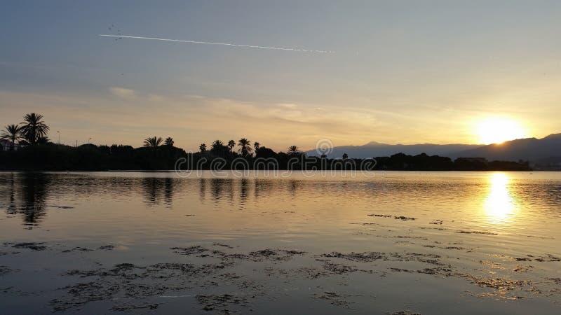 Por do sol bonito do lago foto de stock