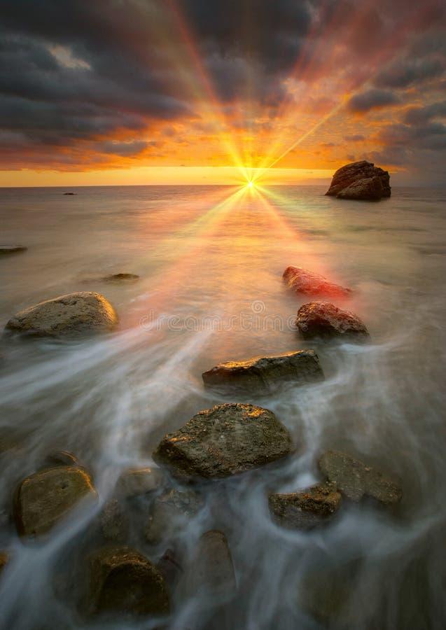 Por do sol bonito do mar imagem de stock