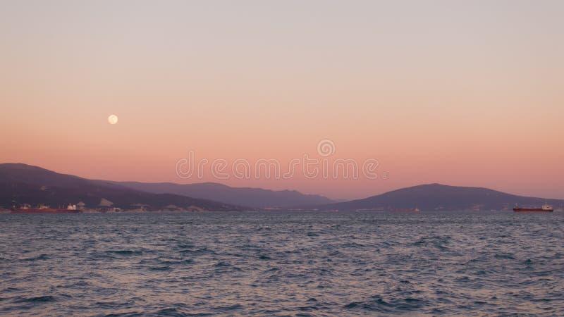Por do sol bonito e lua sobre a cidade de porto fotos de stock royalty free