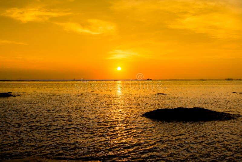 Por do sol bonito e mar Céu do por do sol da noite com aura no mar, no tempo de manhã, na imagem para o cartão especial e no back imagem de stock royalty free