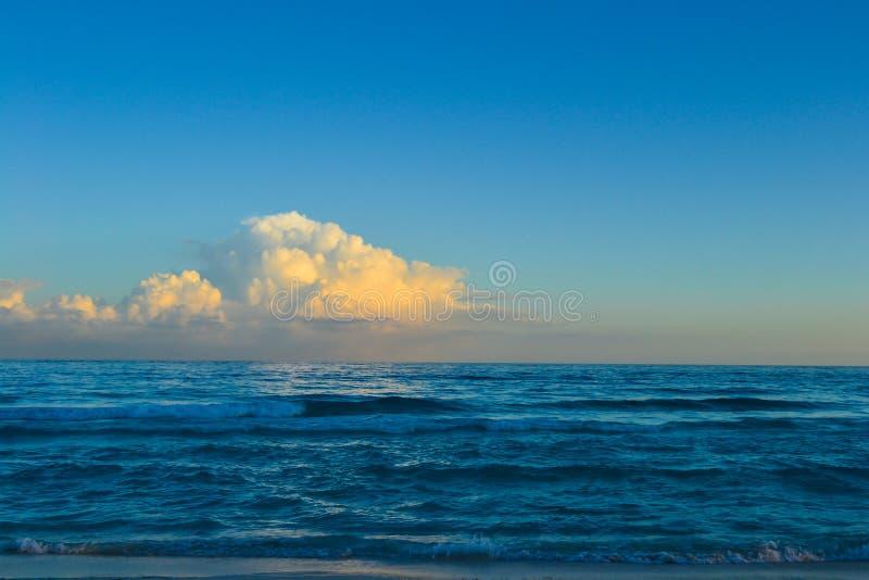 Por do sol bonito em Cancun, M?xico imagem de stock royalty free