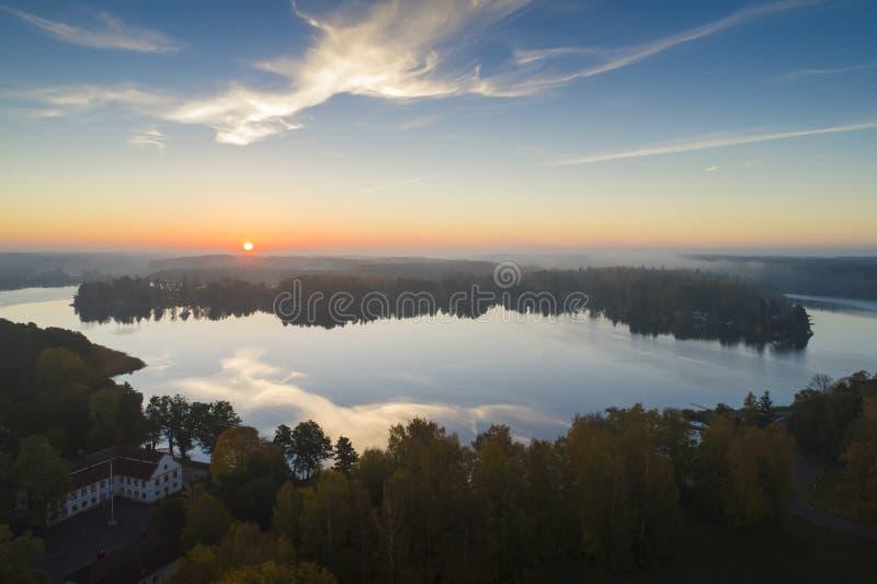 Por do sol bonito em Katrineholm, Suécia, Escandinávia imagens de stock royalty free