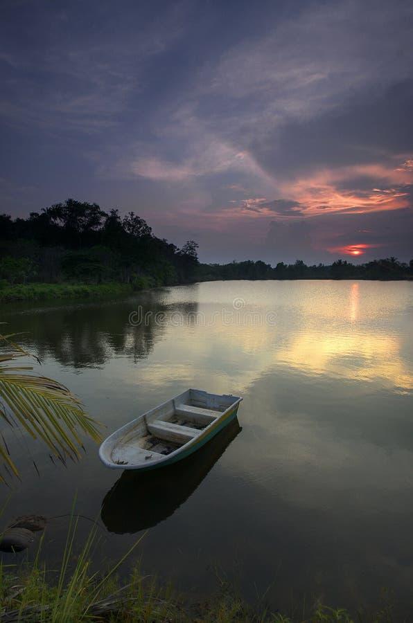 Por do sol bonito em um lago fotografia de stock