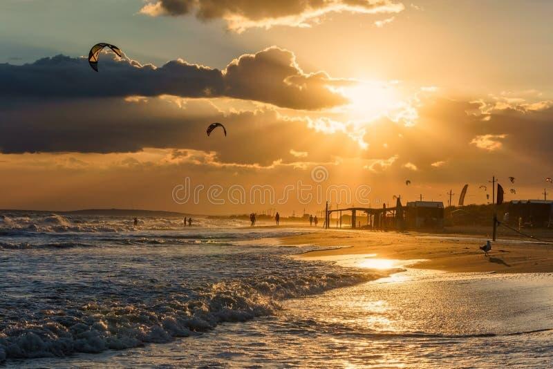 Por do sol bonito em um seascape da linha costeira do Sandy Beach imagens de stock royalty free
