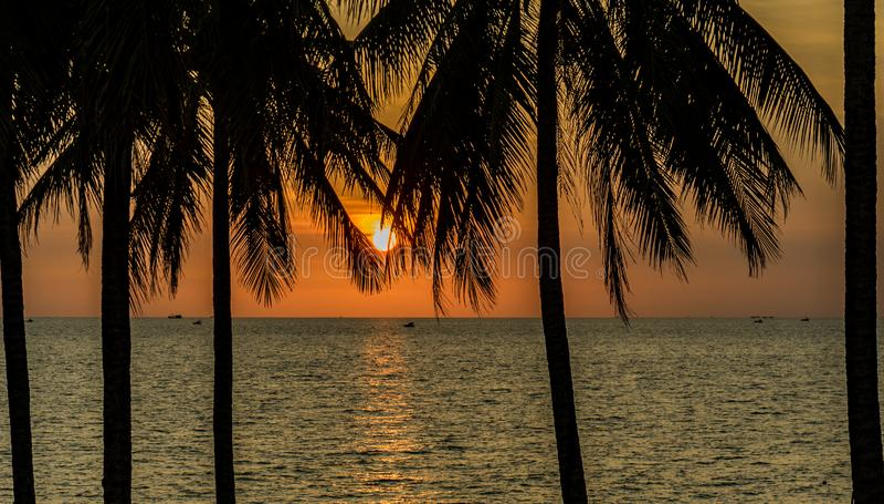 Por do sol bonito na barra Phu Quoc da praia foto de stock