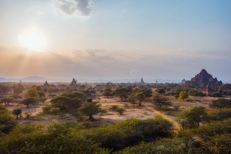 Por do sol bonito na cidade de Bagan - a cidade dos milhares de pagodes e de templos budistas fotografia de stock royalty free