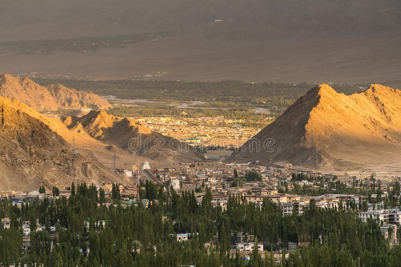 Por do sol bonito na cidade do leh, vista do stupa do shanti foto de stock