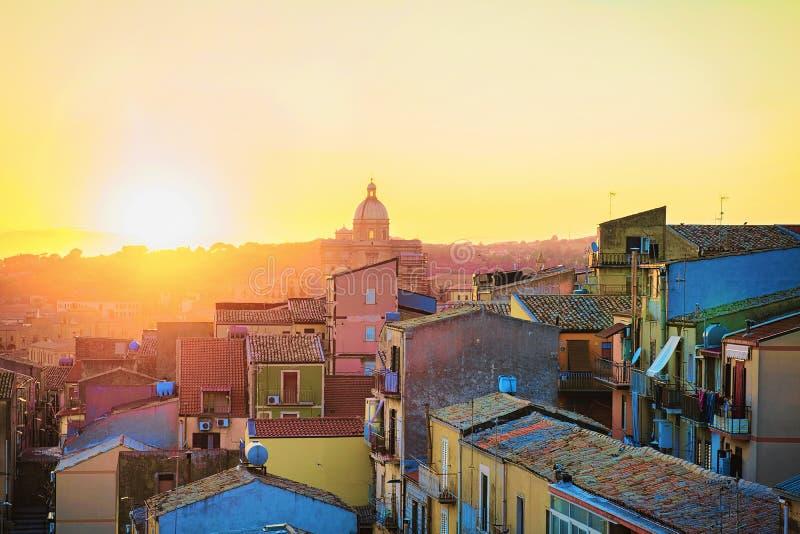 Por do sol bonito na cidade velha Sicília da catedral de Armerina da praça foto de stock royalty free