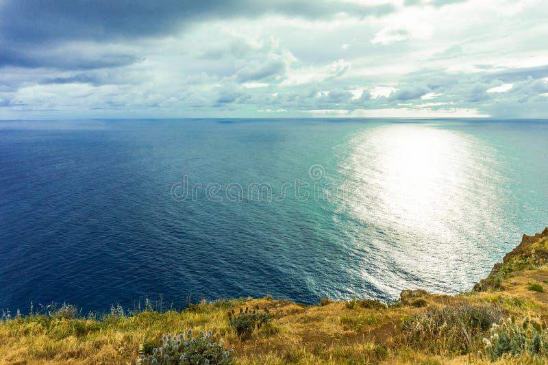Por do sol bonito na costa atlântica na ilha de madeira, Portugal foto de stock