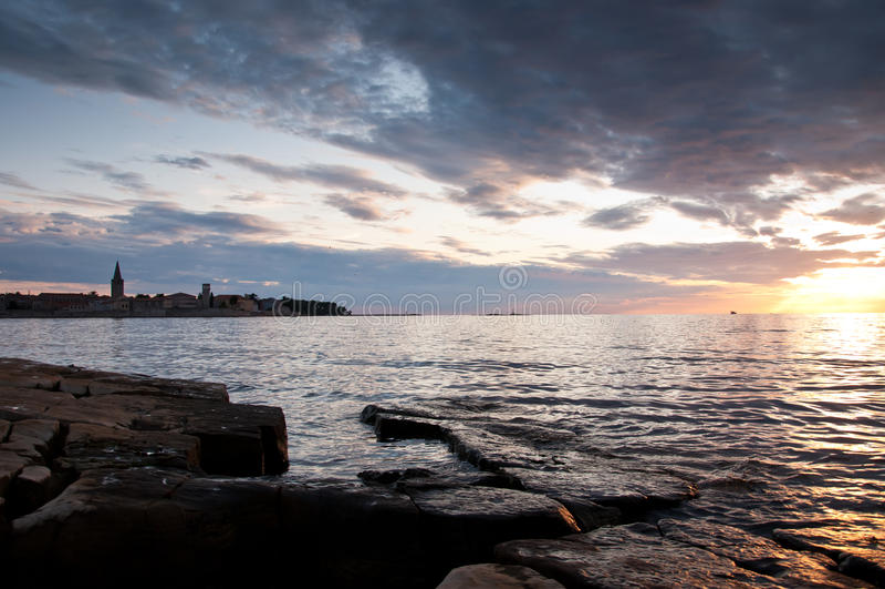 Por do sol bonito na costa croata imagem de stock royalty free