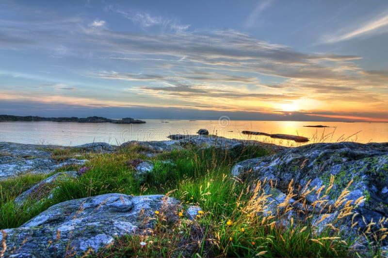 Por do sol bonito na costa oeste sueco foto de stock