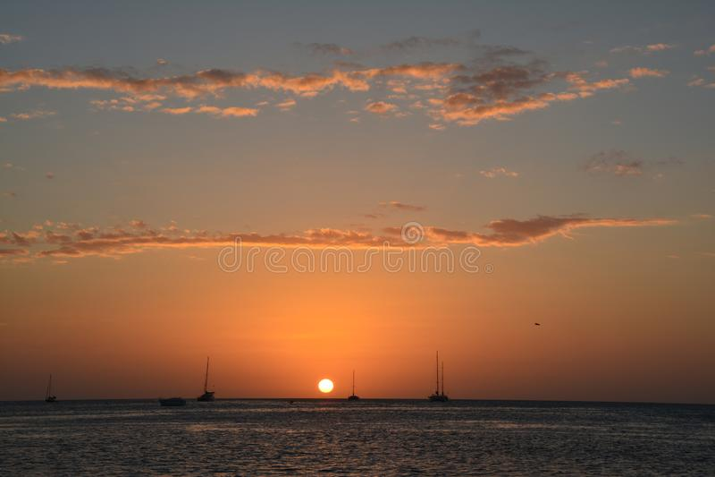Por do sol bonito na ilha do calafate de Caye em Belize fotografia de stock