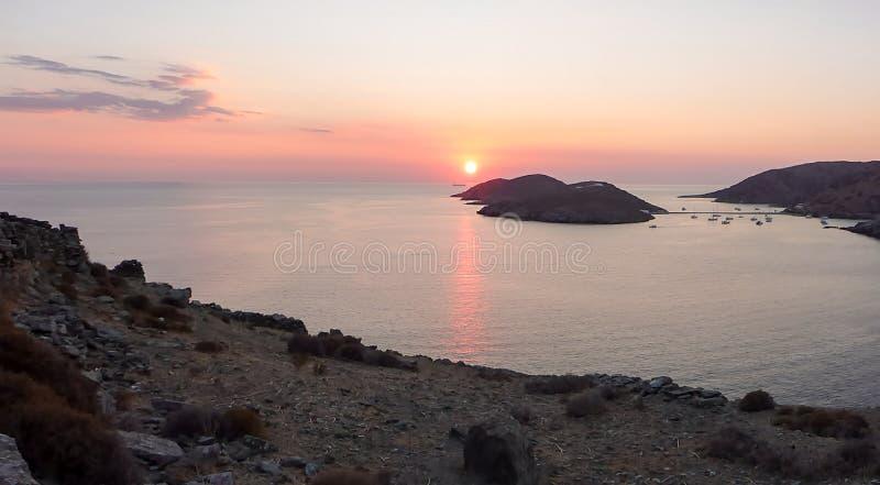 Por do sol bonito na ilha de Kythnos, Cyclades, Grécia fotos de stock