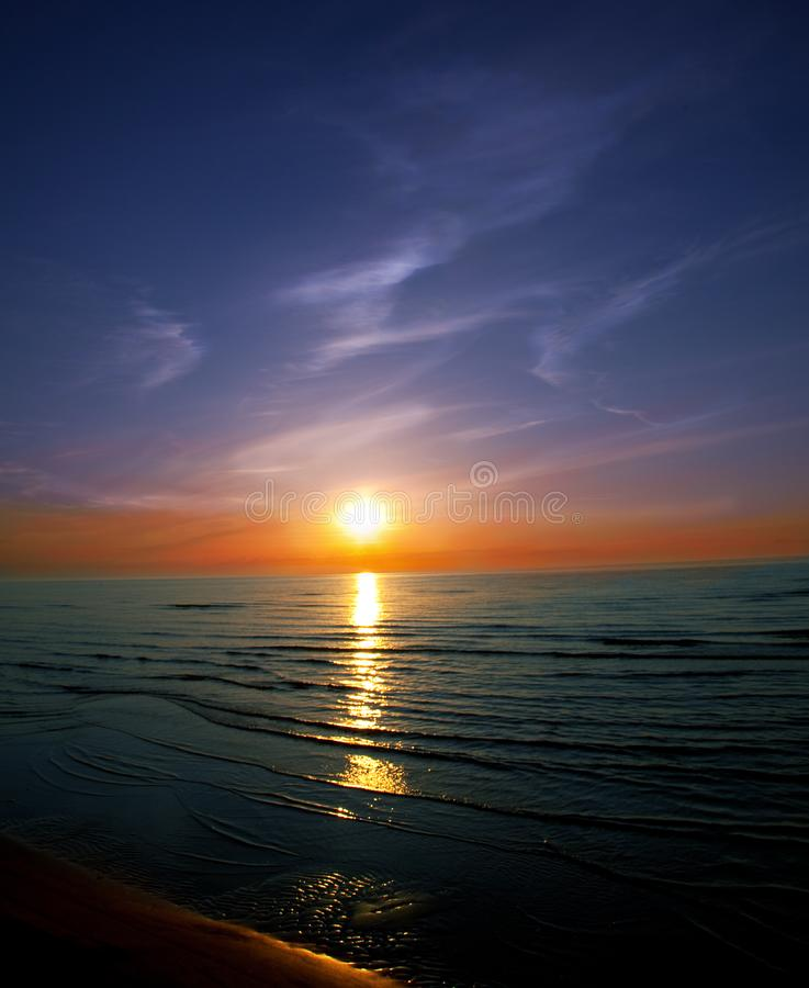 Por do sol bonito na praia foto de stock royalty free
