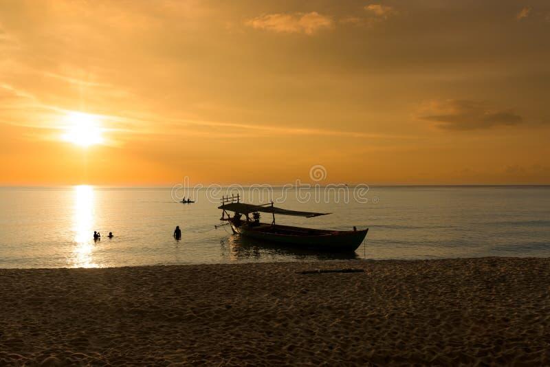 Por do sol bonito na praia do por do sol com navio imagens de stock royalty free