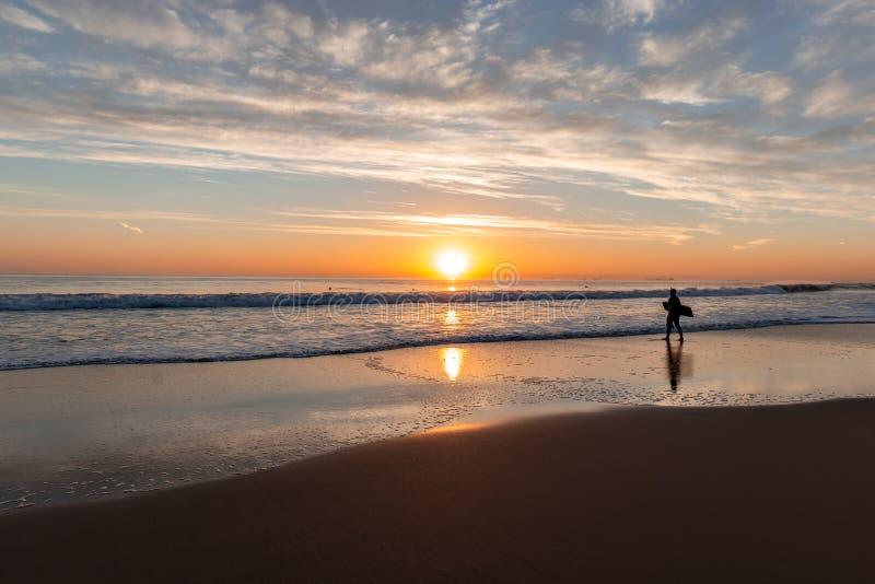 Por do sol bonito na praia de Carcavelos imagem de stock royalty free