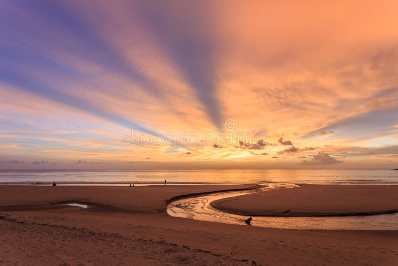 Por do sol bonito na praia de Karon em Phuket foto de stock