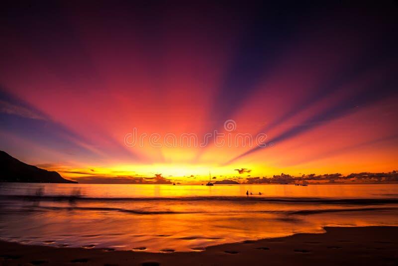 Por do sol bonito na praia de Seychelles foto de stock royalty free