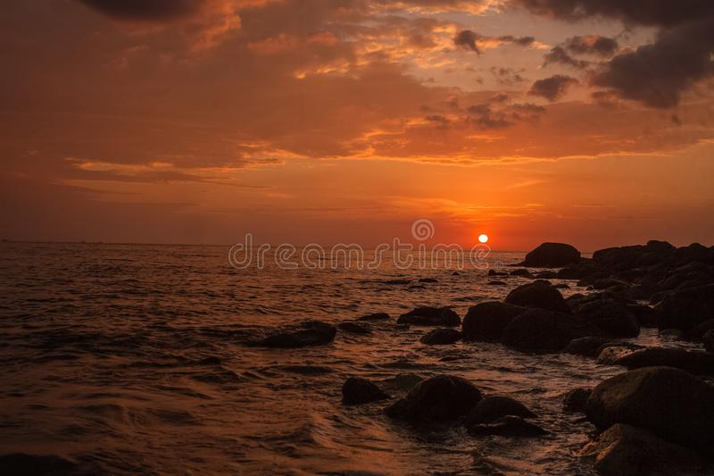 Por do sol bonito na praia Tailândia de phuket imagem de stock royalty free
