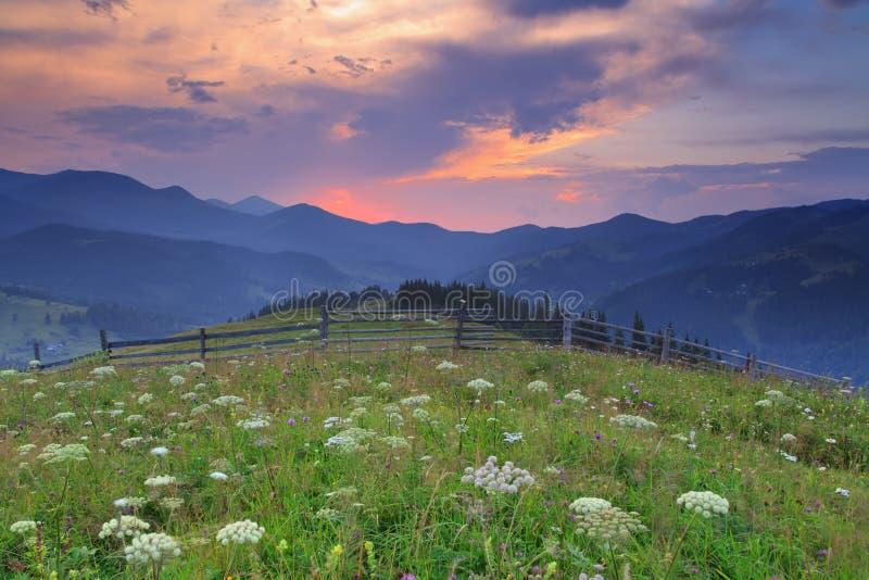 Por do sol bonito nas montanhas fotografia de stock