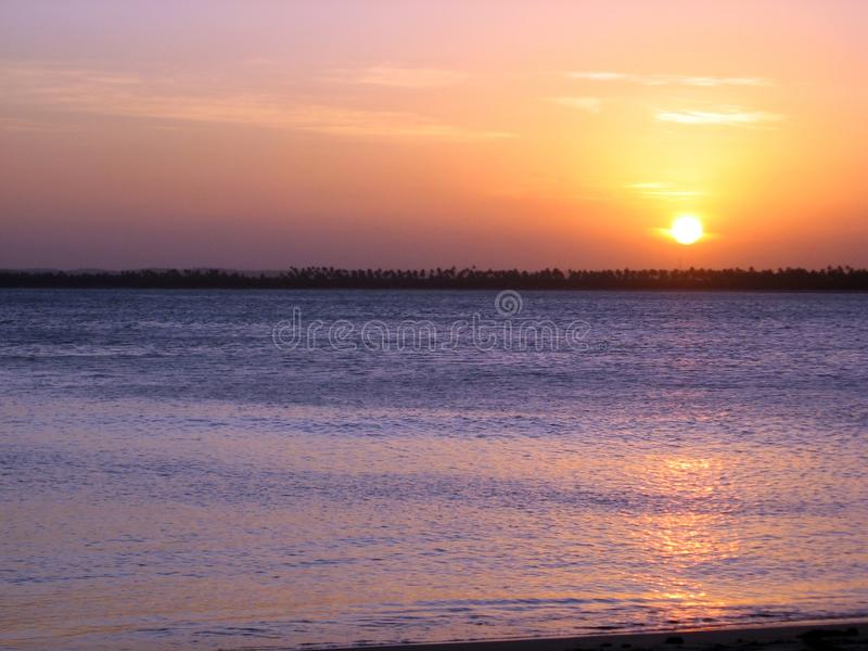 Por do sol bonito nas praias de Serrambà Brasil norte foto de stock royalty free