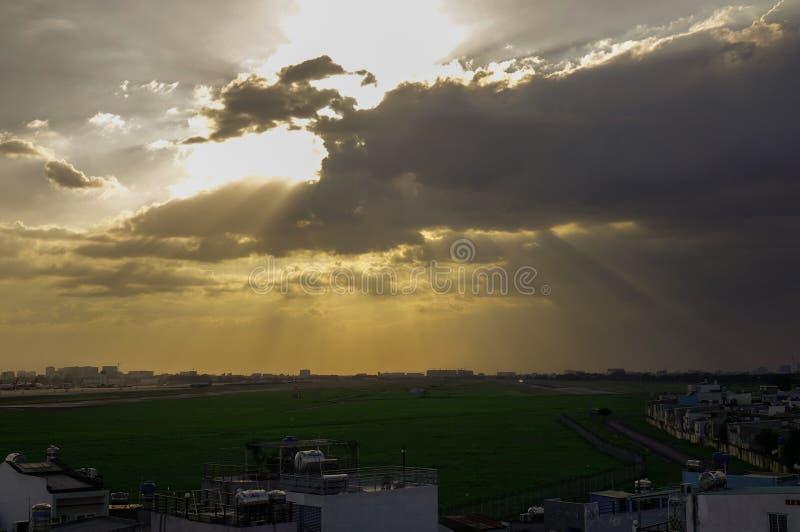Por do sol bonito no aeroporto civil imagem de stock