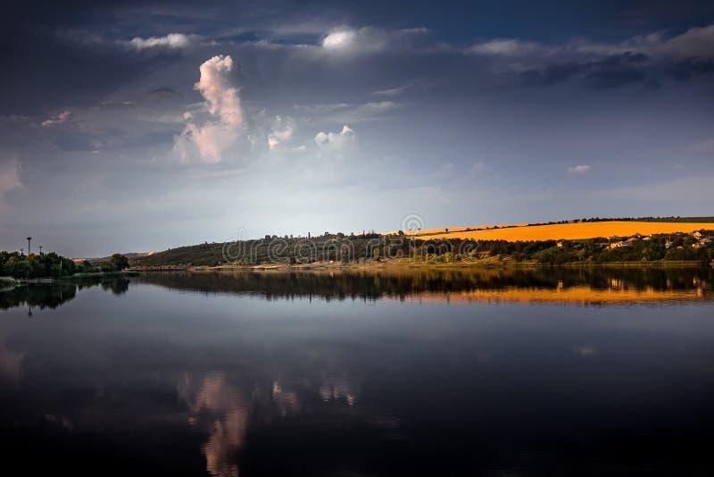 Por do sol bonito no lago foto de stock royalty free