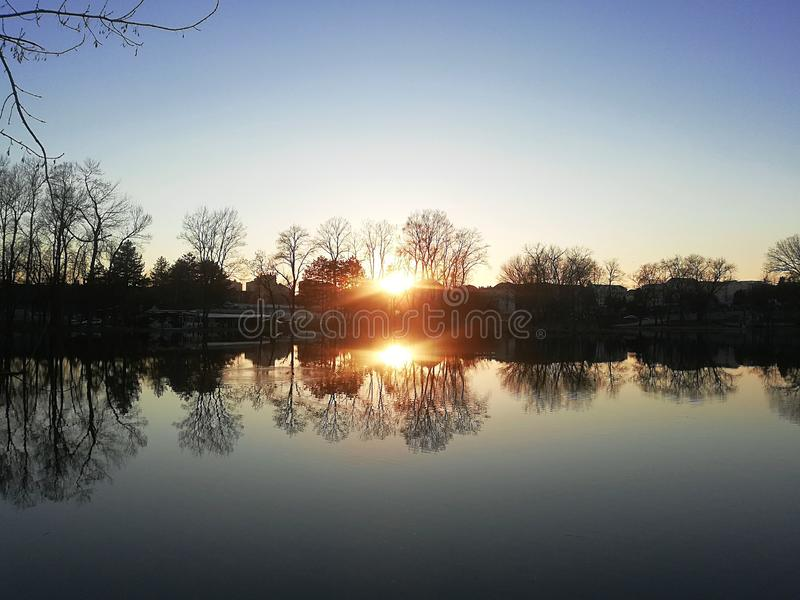 Por do sol bonito no lago fotografia de stock