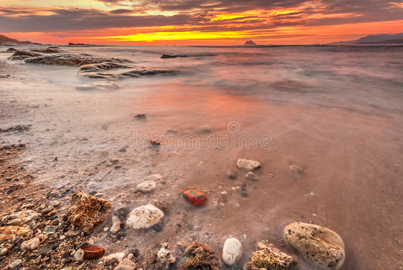 Por do sol bonito no litoral imagens de stock