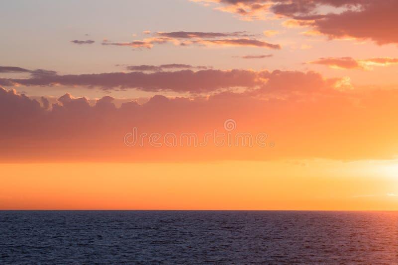 Por do sol bonito no mar fotos de stock