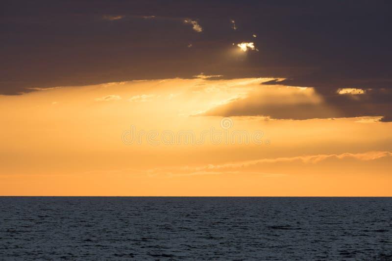 Por do sol bonito no mar imagem de stock
