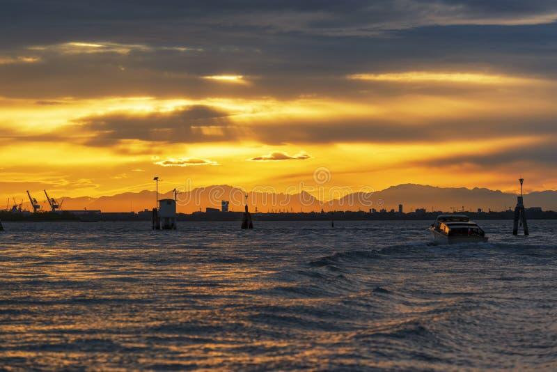 Por do sol bonito no mar de adri?tico perto do porto de Veneza imagens de stock
