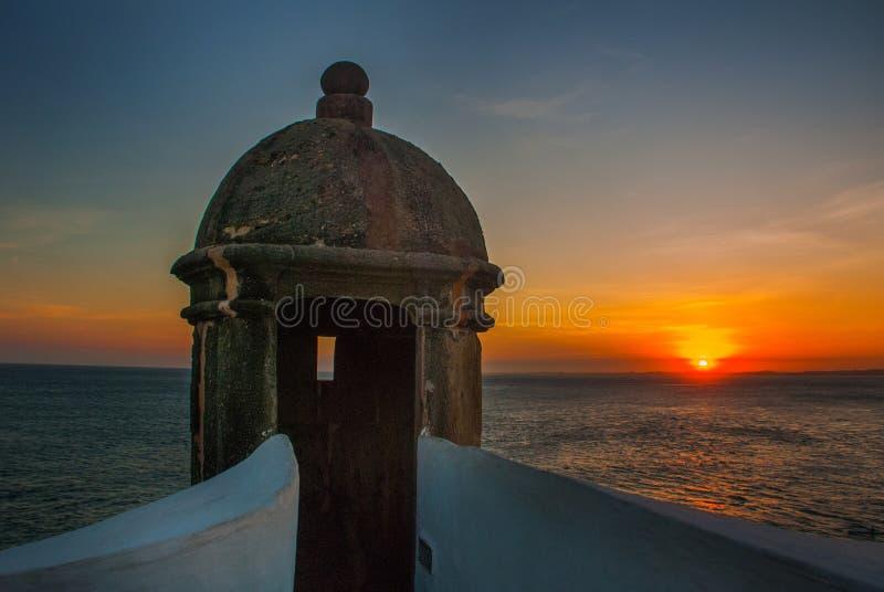 Por do sol bonito no mar Vista panorâmica de Barra Lighthouse em Salvador, Baía, Brasil imagens de stock