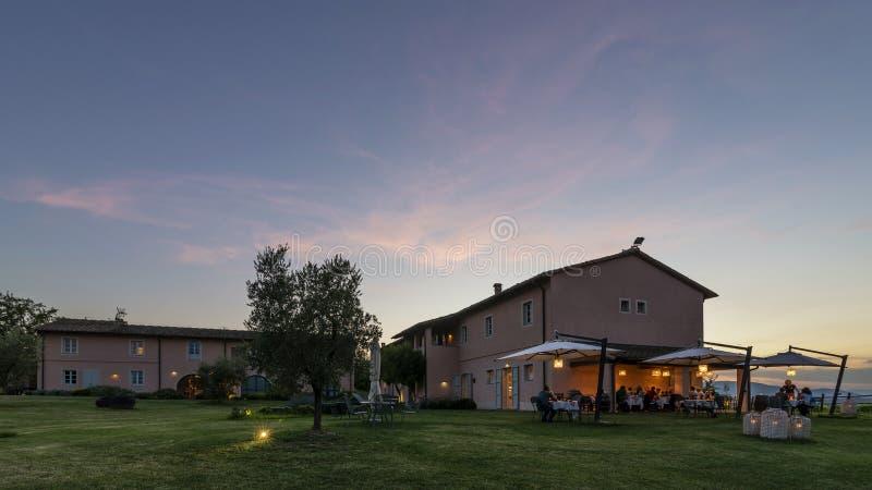 Por do sol bonito no recurso luxuoso de Tuscan com restaurante exterior, Pontedera, Pisa, Toscânia, Itália fotografia de stock royalty free