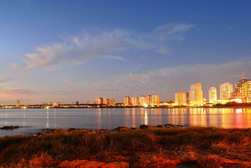 Por do sol bonito no seashore do edifício fotos de stock