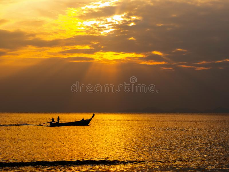 Por do sol bonito no sul de Tailândia imagens de stock