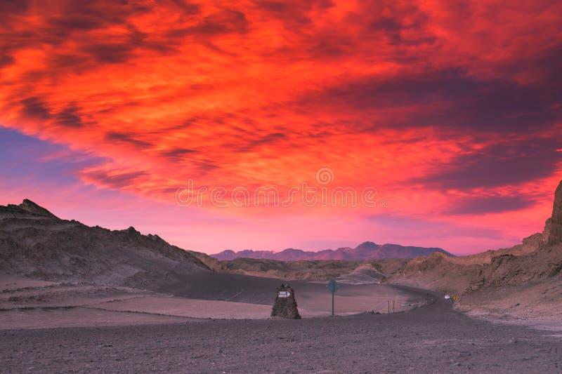 Por do sol bonito no vale da lua, deserto de Atacama, o Chile imagem de stock