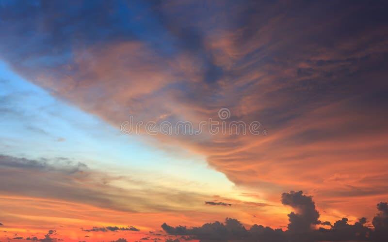 Por do sol bonito ou céu do nascer do sol com nuvens foto de stock royalty free