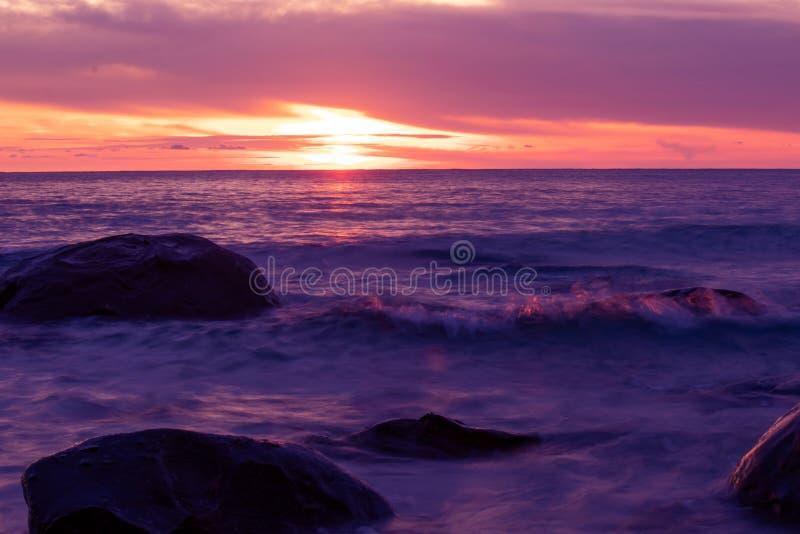 Por do sol bonito ou mar e rocha tropicais do nascer do sol em Koh Kood In Thailand Seascape bonito da natureza fotografia de stock royalty free