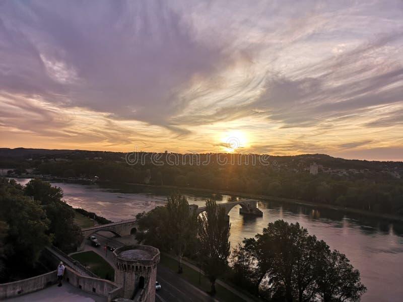 Por do sol bonito perto de uma ponte em Avignon fotografia de stock royalty free