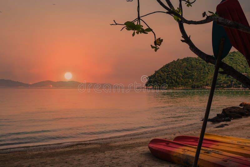Por do sol bonito praia na ilha de Koh Samed, Tailândia fotos de stock