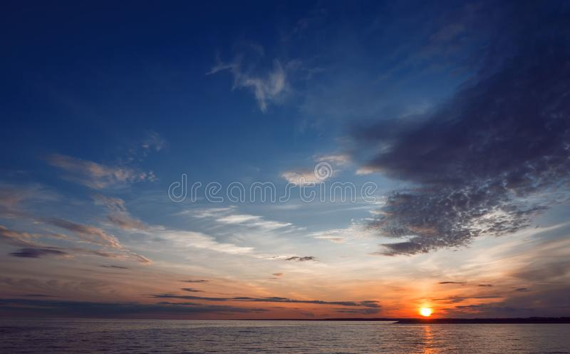 Por do sol bonito sobre a água foto de stock