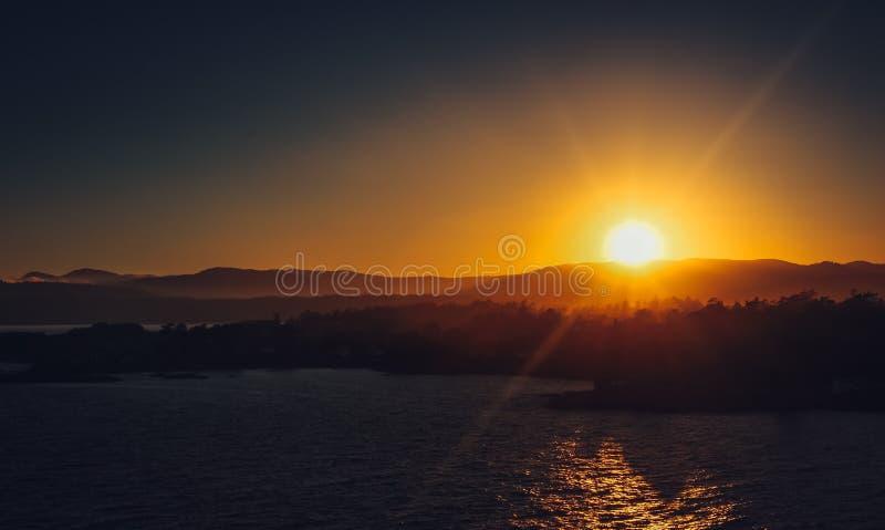 Por do sol bonito sobre as montanhas fotografia de stock royalty free