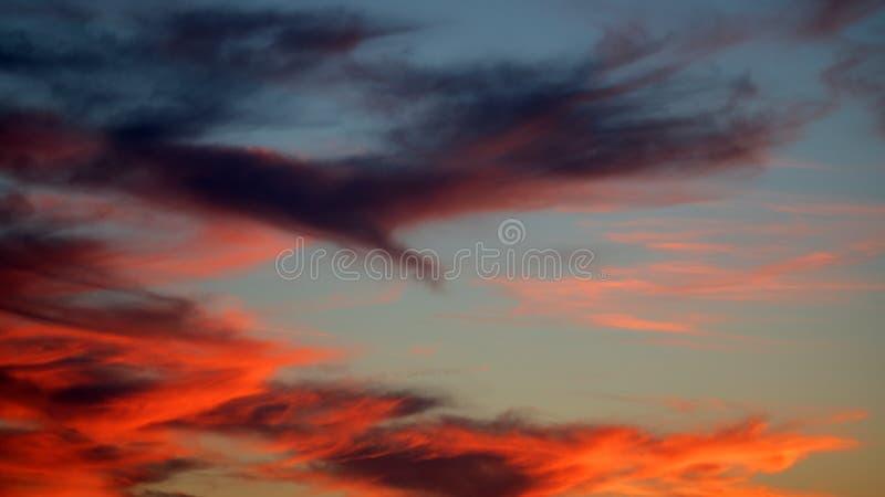 Por do sol bonito sobre o céu dramático fotografia de stock royalty free
