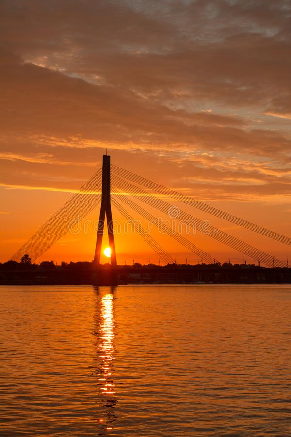 Por do sol bonito sobre o Daugava do rio fotografia de stock
