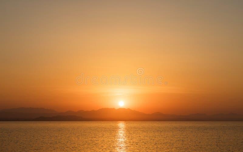 Por do sol bonito sobre o horizonte fotografia de stock