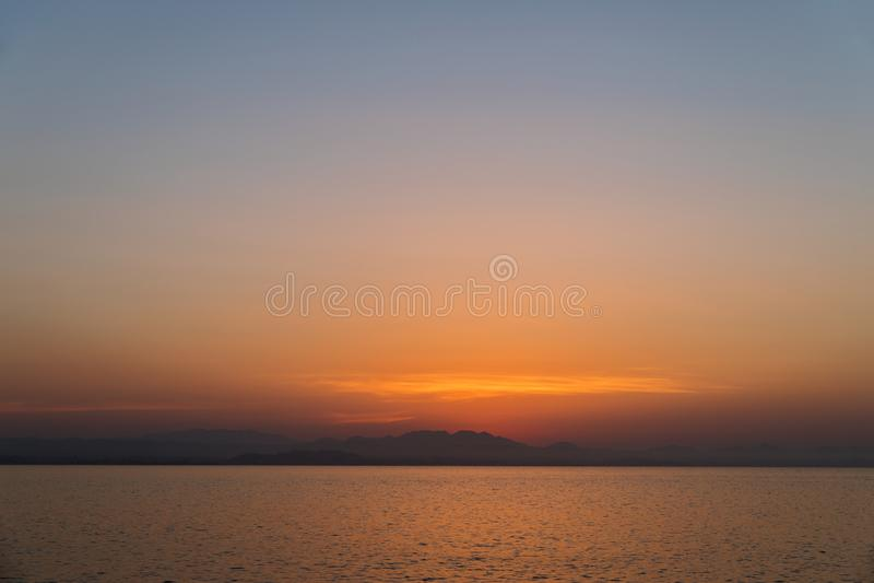 Por do sol bonito sobre o horizonte fotos de stock
