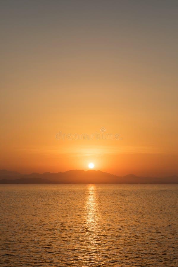 Por do sol bonito sobre o horizonte imagem de stock